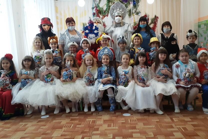 Праздник «Новогодние гости» в  подготовительной группе